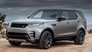 2018 Land Rover Discovery HSE Si6 (Color: Silicon Silver; US-Spec) - Front Three-Quarter | Caricos